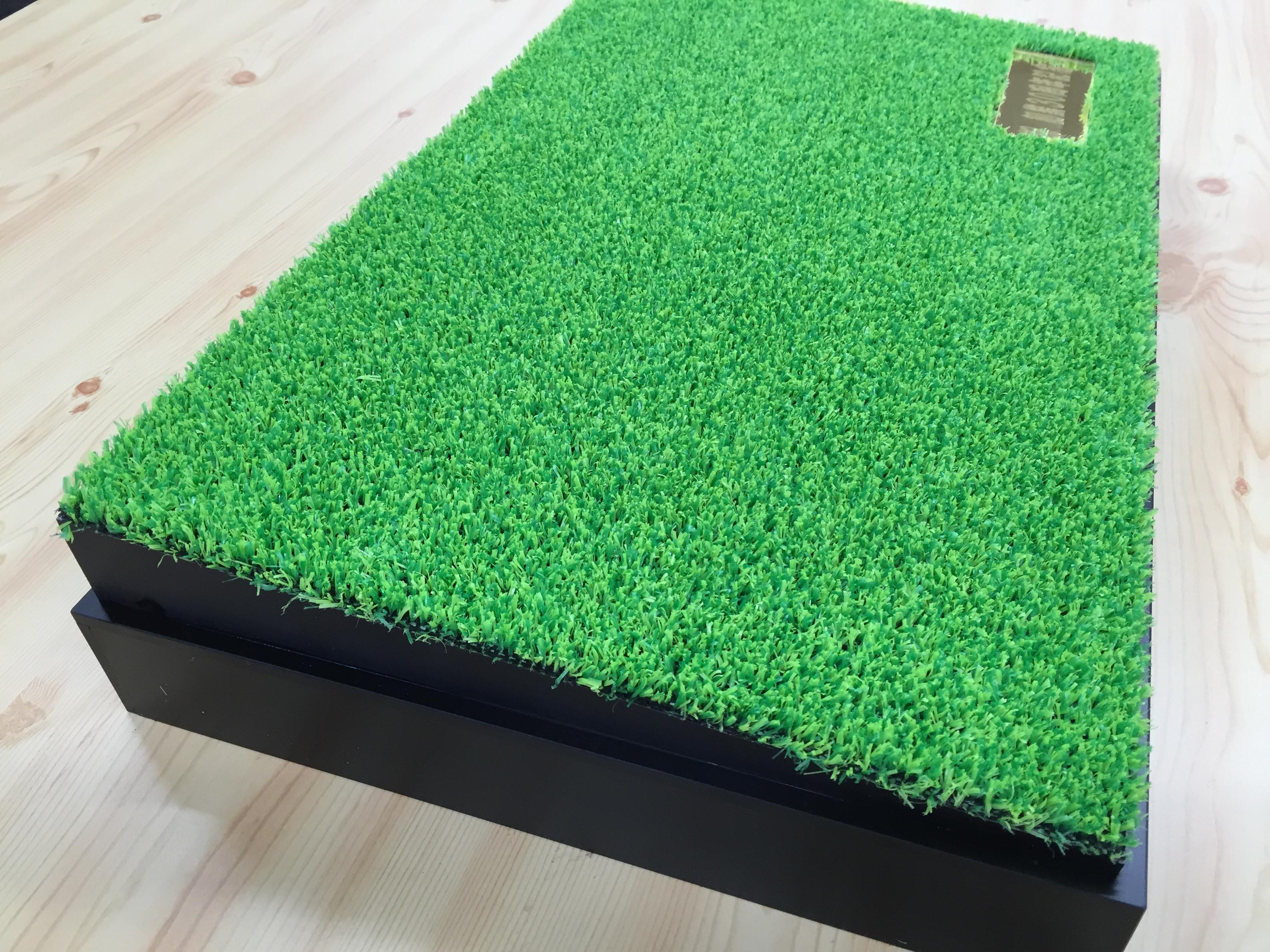 人工芝を敷いてプレートを埋め込んでます